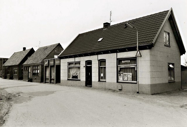 252 Dorpsstraat 25. Kapper en Rabo Bank. 1979 640x480